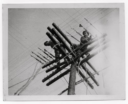 John Whitmore  (à droite), sur la cime d'un pylône dans les environs d'Omaha Beach (photo DR)