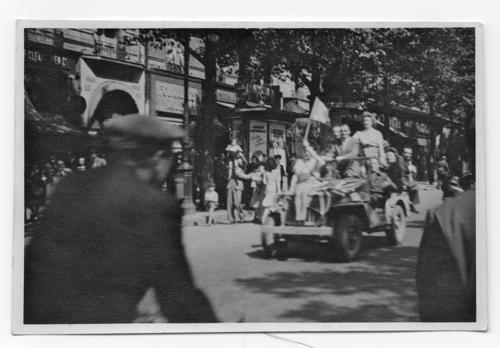 Groupe de personnes entassées sur un véhicule militaire (photo John Whitmore)