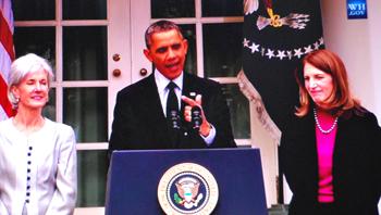 Barack Obama entouré de Kathleen Sebelius  et de Sylvia Mathews-Burwell (photo écran DR  WH)