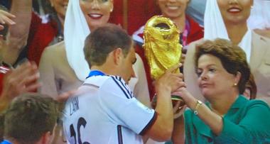 Dilma Roussef grille la politesse à Angela Merkel (photo d'écran)