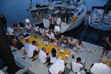 Les équipages de la flottille en pique-nique hier soir (photo Dahmane Soudani)