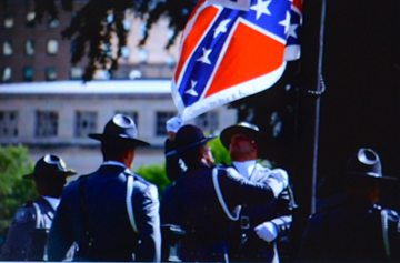 Porteur d'une symbolique d'un autre âge, le drapeau des Confédérés a été retiré (photo écran-DS)